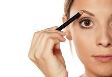 Augenbrauen schminken mit dem Augenbrauenstift