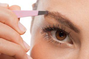 Vorbereitung auf Augenbrauen schminken