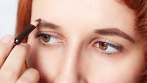 Augenbrauen schminken mit Augenbrauenstift