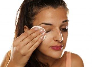 Frau setzt Augencreme ein gegen Falten und Krähenfüße