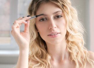 Augenbrauenkorrektur mit Bürste und Augenbrauenstift