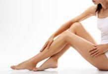 Frau mit glatt rasierten Beinen
