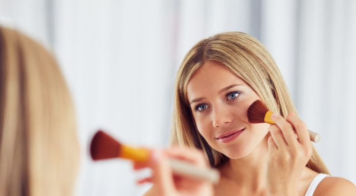 Frau mit trockener Haut schminkt sich