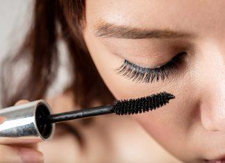 Wer Augenentzündungen vermeiden will, sollte regelmäßig Mascara wechseln