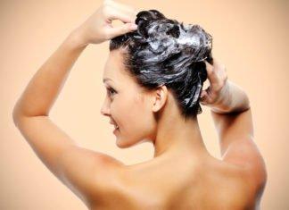 Frau wäscht sich das fettige Haar