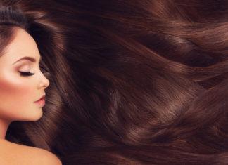 Frau färbt sich die Haare selbst
