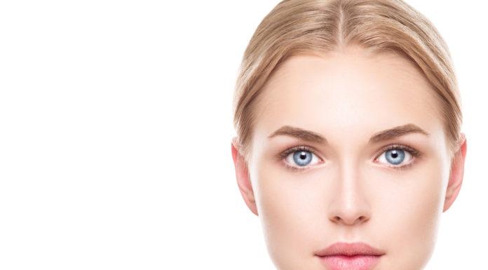 Frau ab 30 Jahren bei der Hautpflege